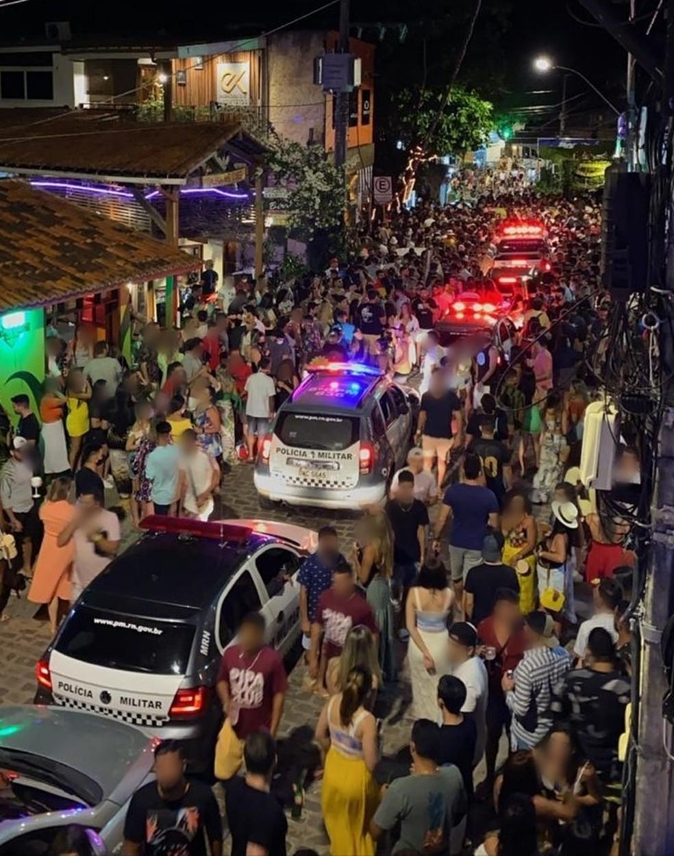Multidão se aglomera na Praia da Pipa, em Tibau do Sul — Foto: Redes sociais