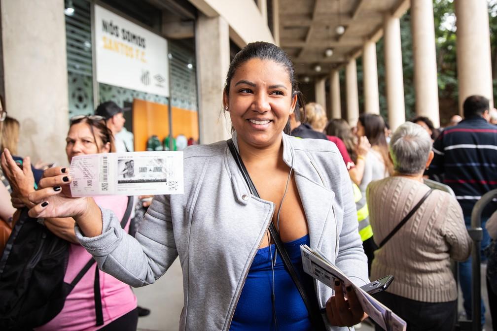 Gislaine Norberto foi a primeira da fila de ingressos de Sandy e Junior em São Paulo, na bilheteria do Pacaembu — Foto: Fábio Tito/G1