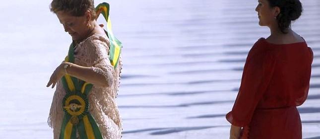 Dilma ajeita a faixa presidencial observado por sua filha (Foto: Fernando Bezerra / EFE)