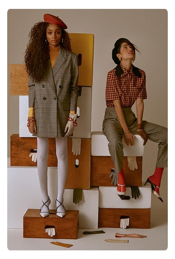 Ingrid, à esquerda, veste blazer, R$ 660, Amissima no OQVestir; blusa, R$ 119, Loja Três. Boina, R$ 87, Forever 21; brincos, R$ 1.490, Monte Carlo Joias; pulseiras, a partir de R$ 4.030 cada, Chanel; meia-calça, R$ 32, Capezio; escarpins, R$ 200, Santa Lo (Foto: Mar+Vin)