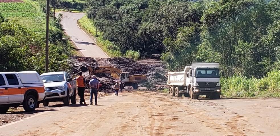 Equipes tentam liberar a pista da MG-040, em trecho coberto pela lama de barragem da Vale em Brumadinho — Foto: Fabiana Almeida/TV Globo