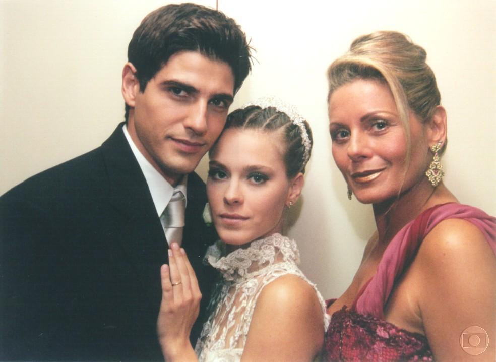 Reynaldo Gianecchini, Carolina Dieckmann, Vera Fischer em cena de 'Laços de Família' — Foto: Roberto Steinberger/Tv Globo