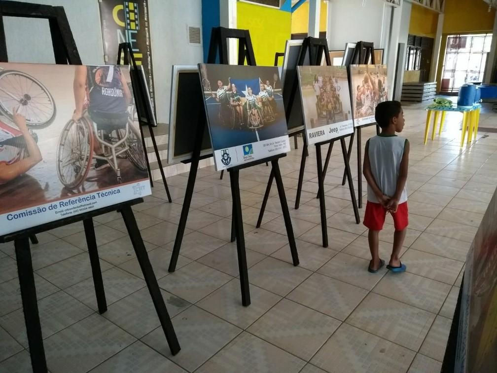 Exposição de fotografias de parateltas em cadeira de rodas — Foto: Jheniffer Núbia
