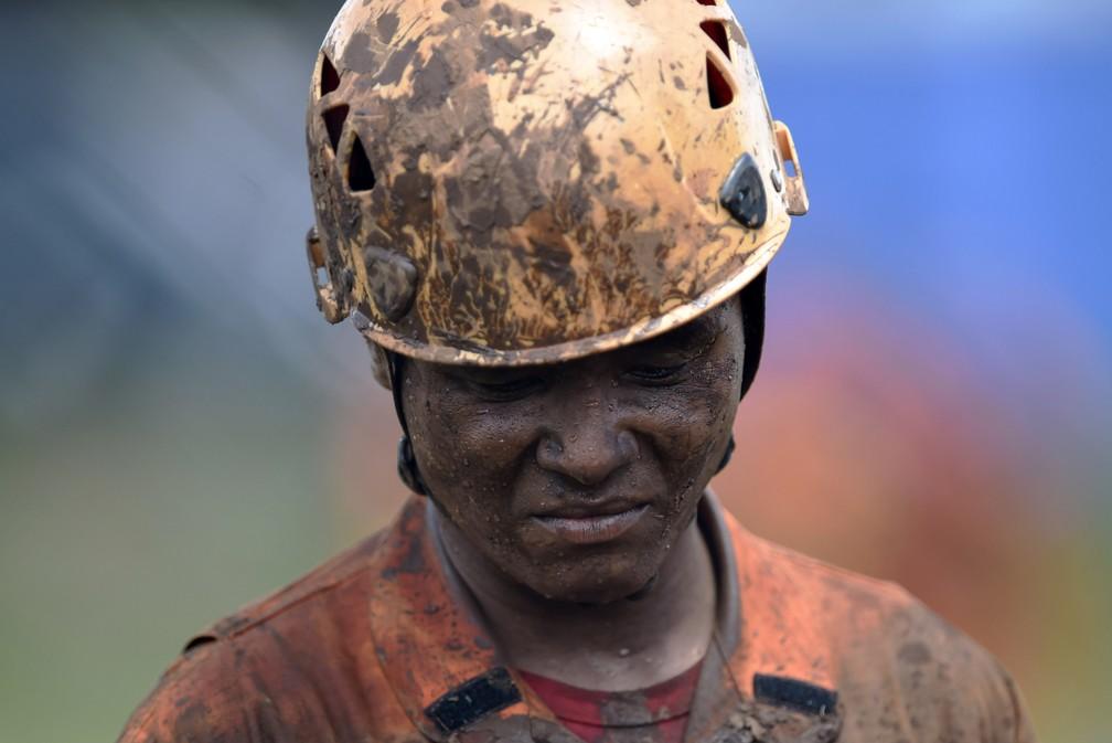 Socorrista durante buscas por vítimas da tragédia em Brumadinho — Foto: DOUGLAS MAGNO / AFP