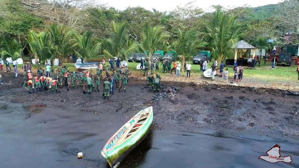 Reprodução de um vídeo feito por drone mostra tentativa de limpar mar das Ilhas Maurício, em 8 de agosto de 2020 — Foto: Reuben Pillay /Virtual Tour of Mauritius/via Reuters