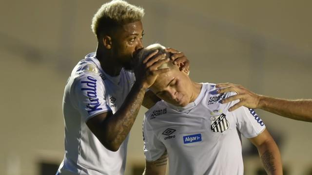 Marinho beija a cabeça de Soteldo