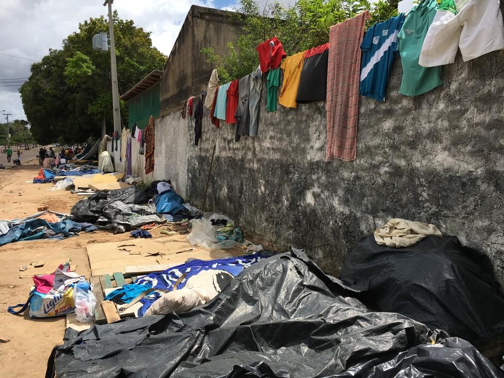 Antes de ação de retirada, venezuelanos viviam em acampamento improvisado à espera de vagas — Foto: Emily Costa/G1 RR/Arquivo