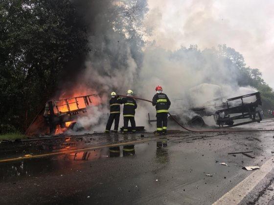 Caminhões pegam fogo após colisão e uma pessoa morre na RSC-453, em Teutônia - Notícias - Plantão Diário