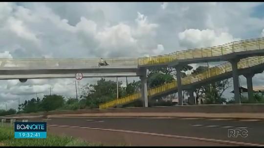 Motociclista é flagrado usando passarela de pedestres para cruzar a BR-376, em Paranavaí; VÍDEO