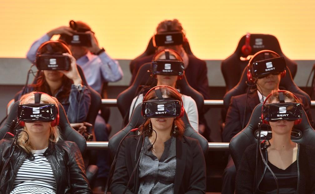 Visitantes usam óculos de realidade virtual em apresentação no Salão de Frankfurt — Foto: AP Photo/Martin Meissner