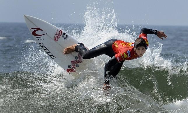 Gabriel Medina competindo em Lacanau, na França, em agosto de 2011