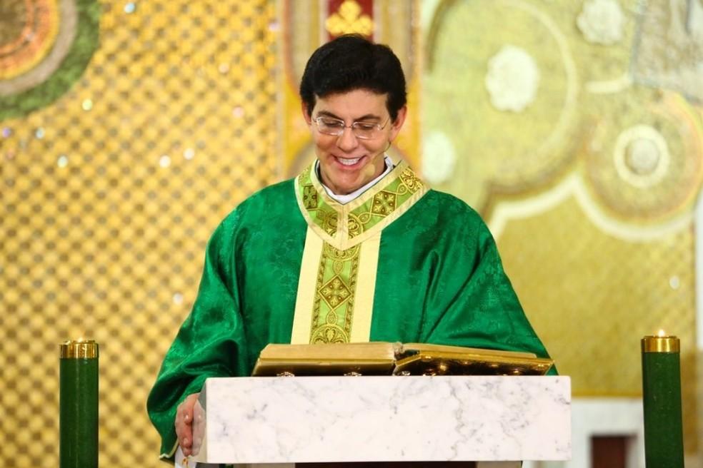Padre Reginaldo Manzotti celebra missas transmitidas pela TV Evangelizar — Foto: Reprodução/TV Evangelizar