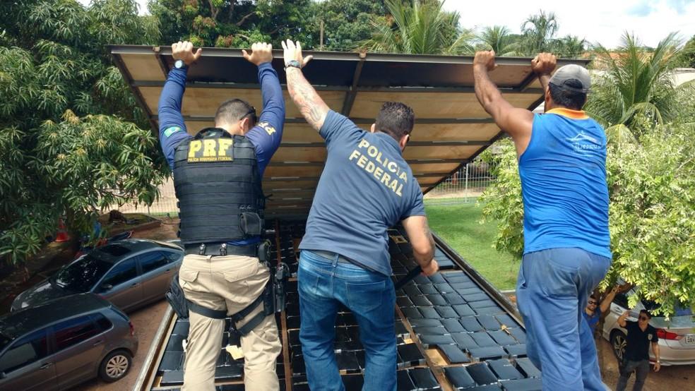 O entorpecente foi encontrado escondido no teto do veículo (Foto: PRF/Divulgação)