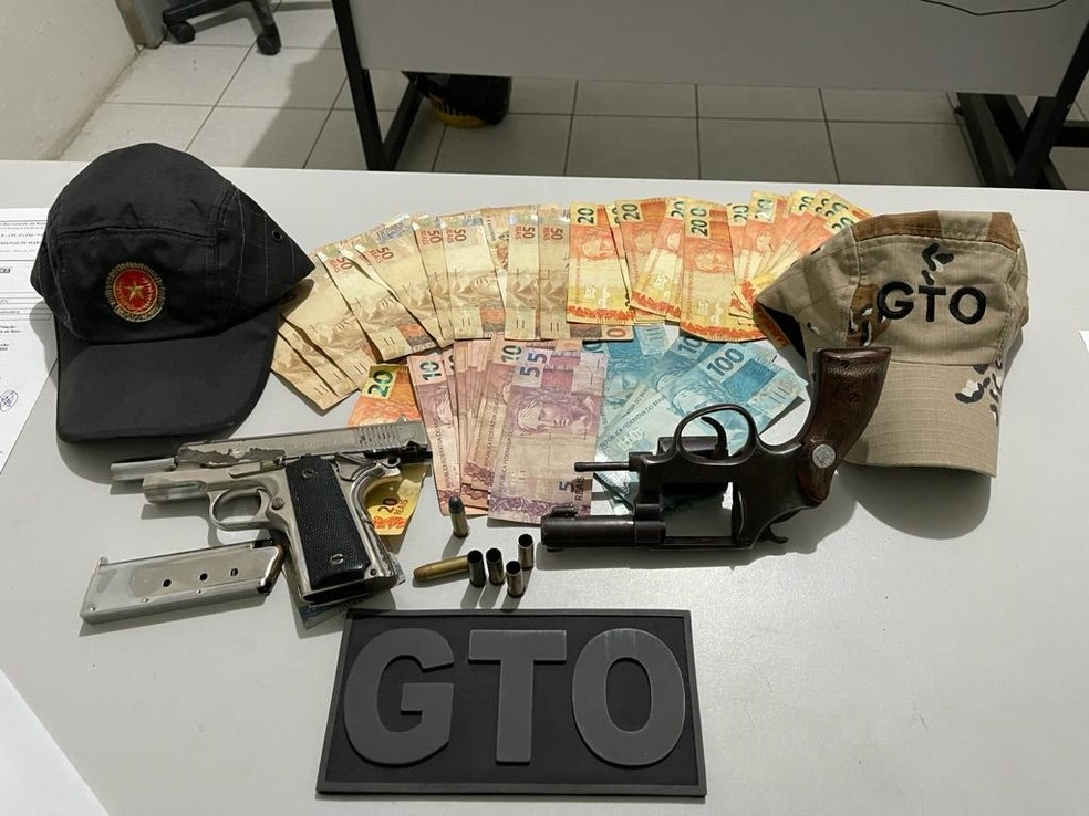 Armas e dinheiro foram apreendidos com suspeitos que morreram em troca de tiros com a PM no RN — Foto: Cedida