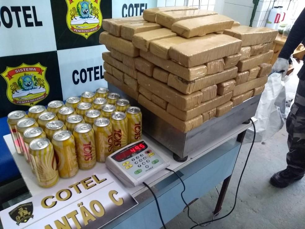 Maconha estava embalada em tabletes e guardada em sacolas, embaixo de latas de cerveja — Foto: Secretaria de Justiça e Direitos Humanos/Divulgação