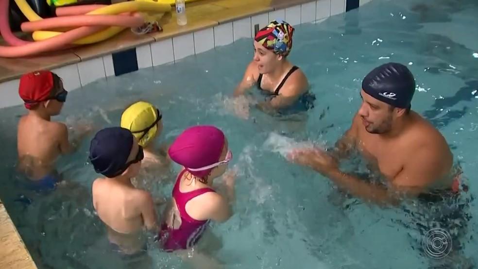 Mãe matricula filho em aulas de natação em Itapetininga para evitar acidentes — Foto: Reprodução/TV TEM