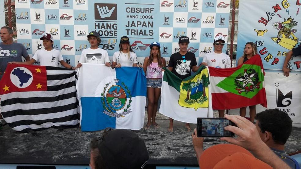 Mateus Sena com a bandeira do Rio Grande do Norte no pódio terceira etapa do Circuito Brasileiro de Surfe Amador (Foto: Eros Sena/Divulgação)