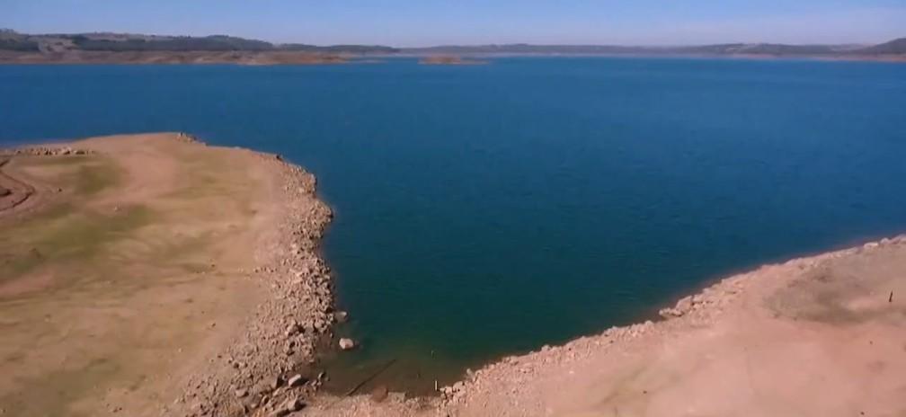 Áreas que normalmente ficam cobertas pela água estavam secas no lago da represa de Emborcação em julho de 2021 — Foto: TV Integração/Reprodução