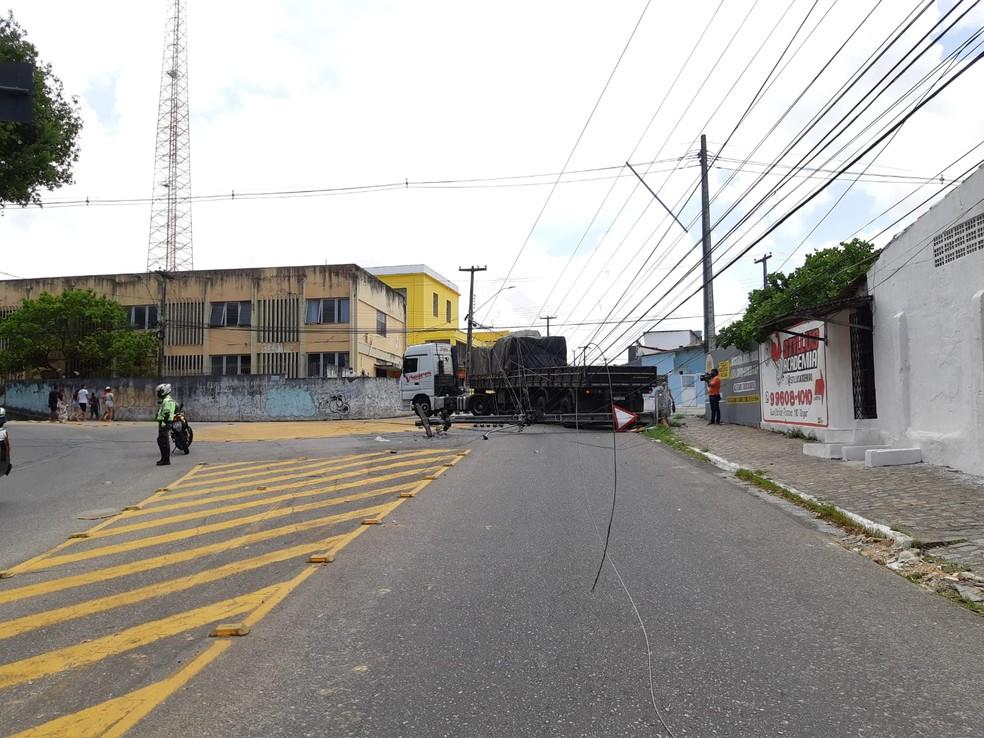 Caminhão bate e derruba poste, próximo da Bica, em Tambiá, em João Pessoa — Foto: Semob/Divulgação
