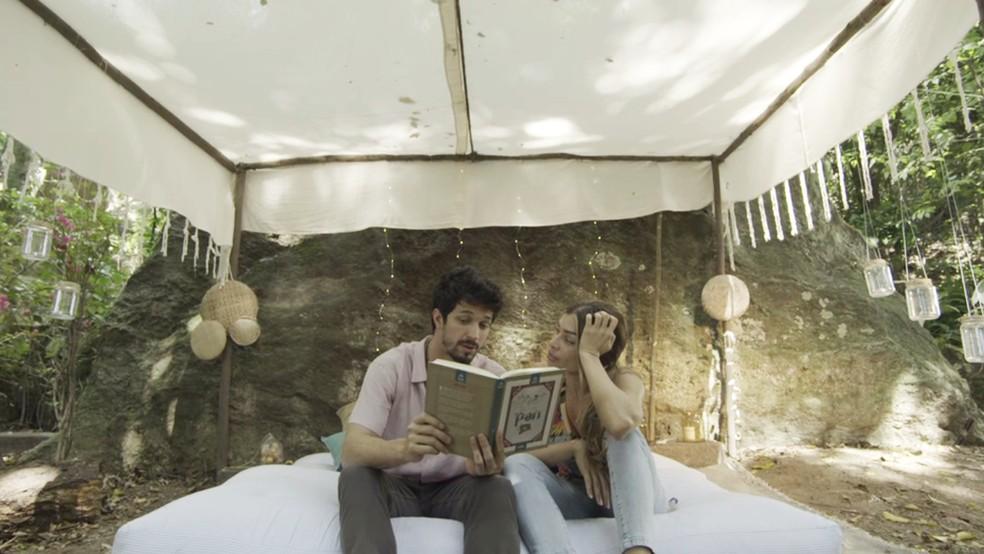 Marcos (Romulo Estrela) reconstrói 'Terra do Nunca' para namorar com Paloma (Grazi Massafera) — Foto: TV Globo
