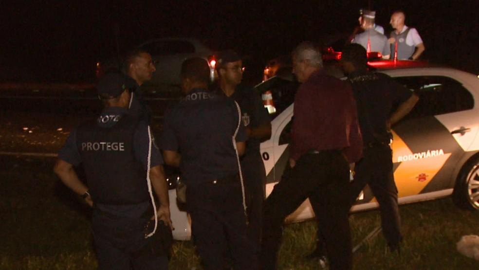Grupo obrigou funcionários da Protege a descer do carro-forte — Foto: Marlon Tavoni/EPTV
