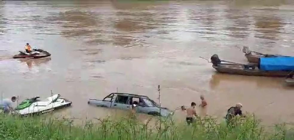 Carro quase afunda no Rio Acre na tarde deste domingo (24) no bairro Base — Foto: Reprodução\Linnyki Fernandes