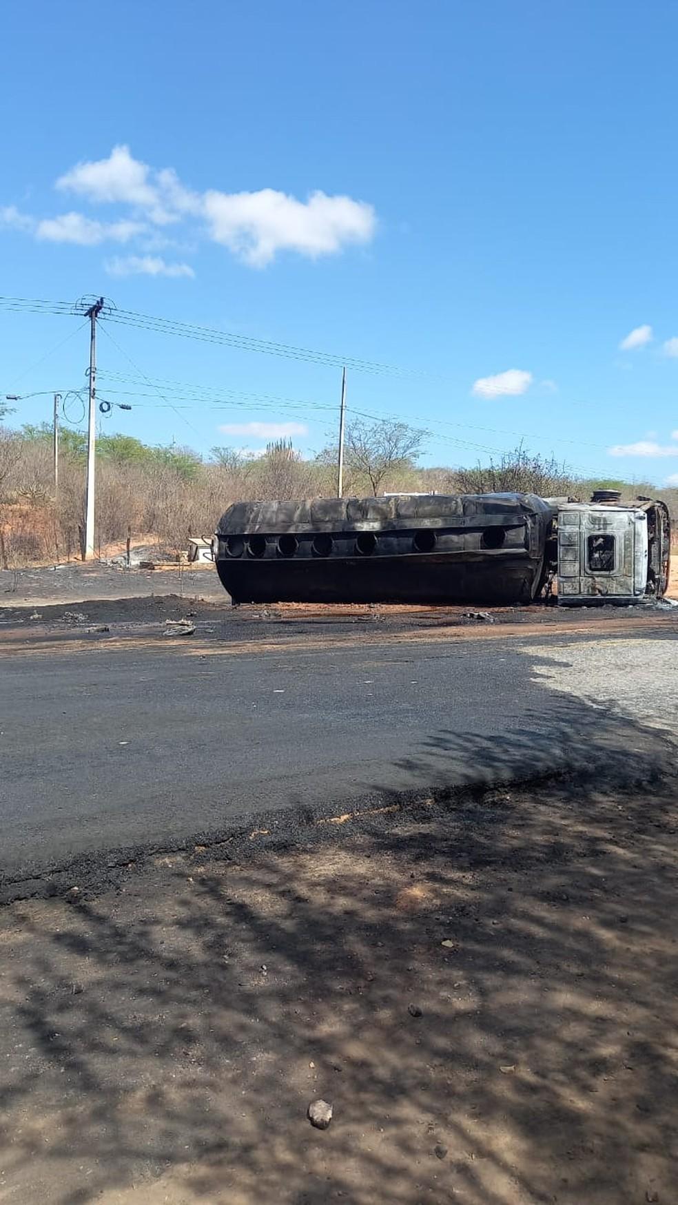Caminhão após explosão em Sertânia — Foto: WhatsApp/Reprodução