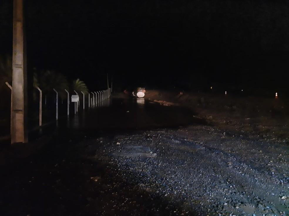 Carga de etanol vazou após acidente na Raposo Tavares, em Paranapanema — Foto: Polícia Rodoviária/Divulgação