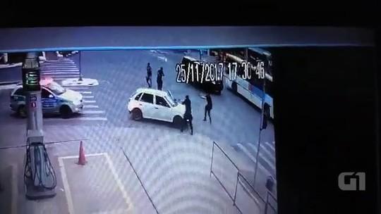 Novas imagens mostram policiais atirando várias vezes contra carro com refém e assaltante; vídeo