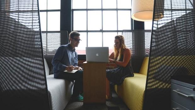 trabalho - colega - amigo - entrevista - conselho - empresa - escritório - time (Foto: Pexels)