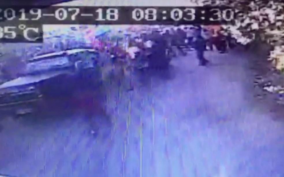 Momento em que caminhonete atropela moradores de ocupação do MST em Valinhos; um idoso morreu. — Foto: Reprodução/EPTV