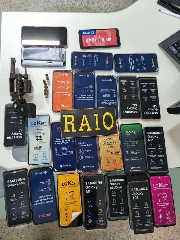 Dois homens são presos com 24 aparelhos celulares momentos após roubo a loja em Fortaleza