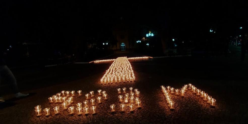 Velas foram colocadas na praça em Paraguaçu Paulista formando o número 523 e referência às 523 mil mortes no país — Foto: Arquivo pessoal