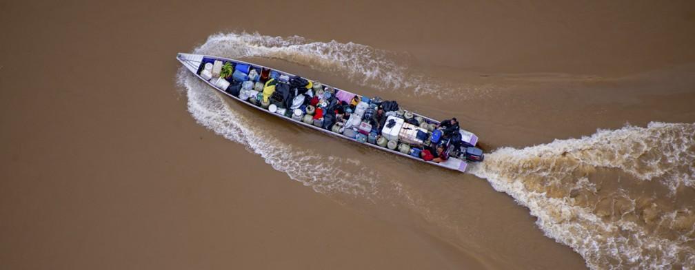 Barco transporta insumos para o garimpo ilegal — Foto: Divulgação