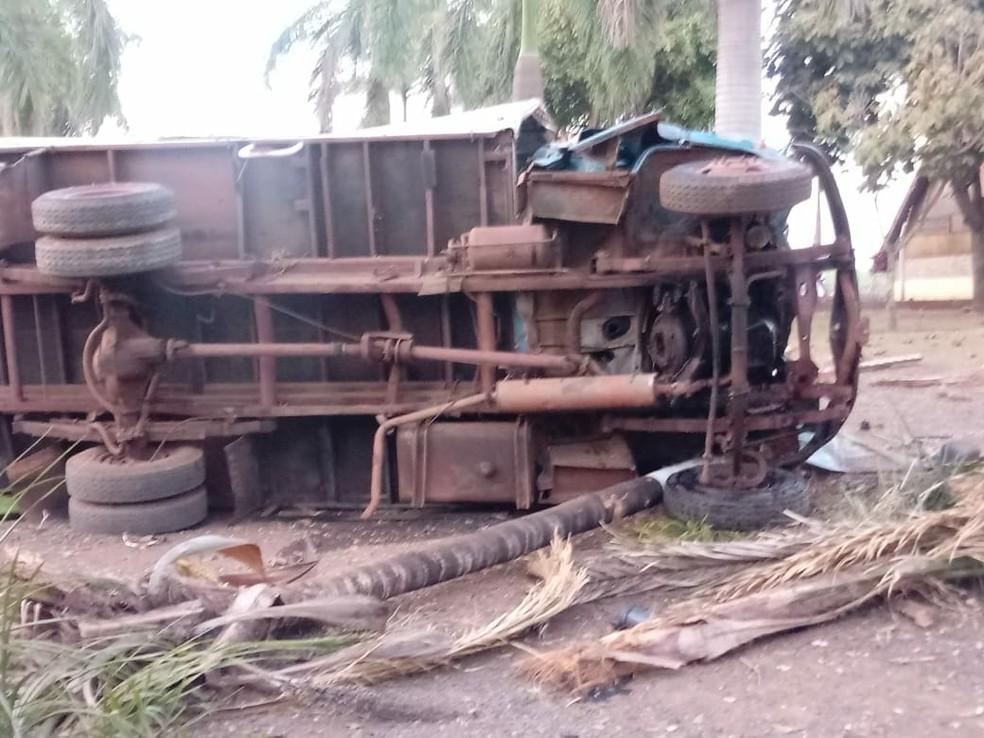 Unidade tratora do caminhão tombou após invadir e colidir com estrutura do hotel (Foto: Arquivo Pessoal )