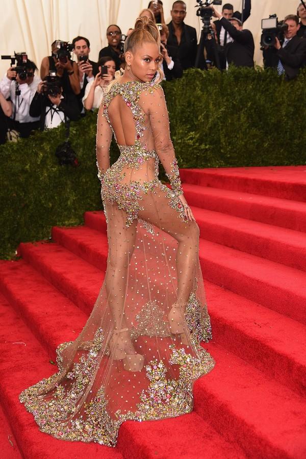 Beyoncé no Met Gala de 2015, levando a tendência do naked dress ao extremo em look Riccardo Tisci para Givenchy. (Foto: Getty Images)