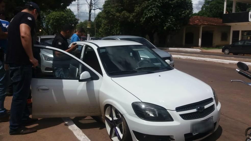 Polícia faz a perícia no veículo que Amorim, supostamente, usaria para fugir com a ex-companheira — Foto: Carlos Alberto Jr/G1