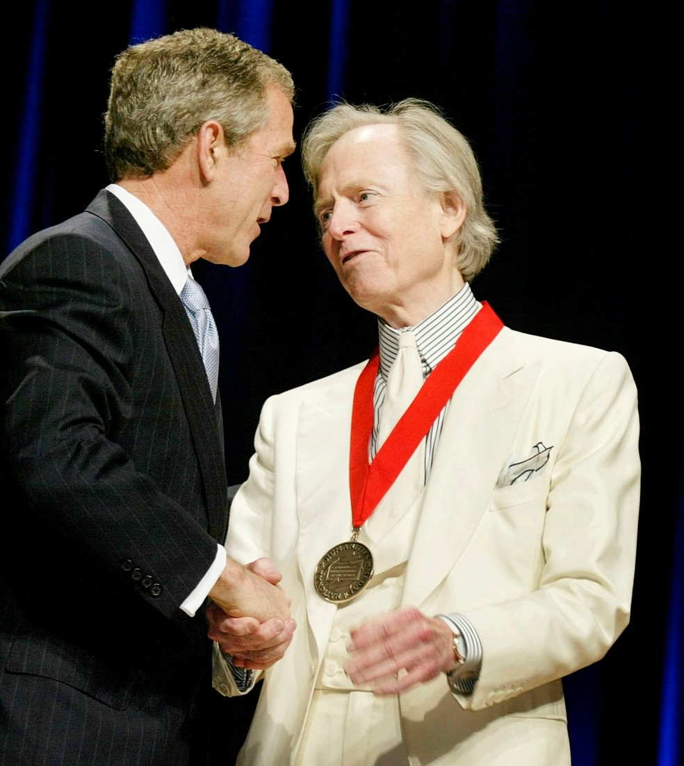 Tom Wolfe com o então presidente americano George W. Bush  sendo homenageado com a Medalha Nacional de Humanidades em 2002 (Foto: Reuters/Larry Downing/Arquivo)