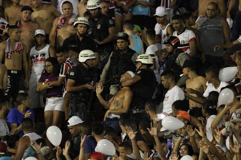 Torcedor é detido pela polícia em momento que se iniciou confusão (Foto: Marlon Costa / Pernambuco Press)