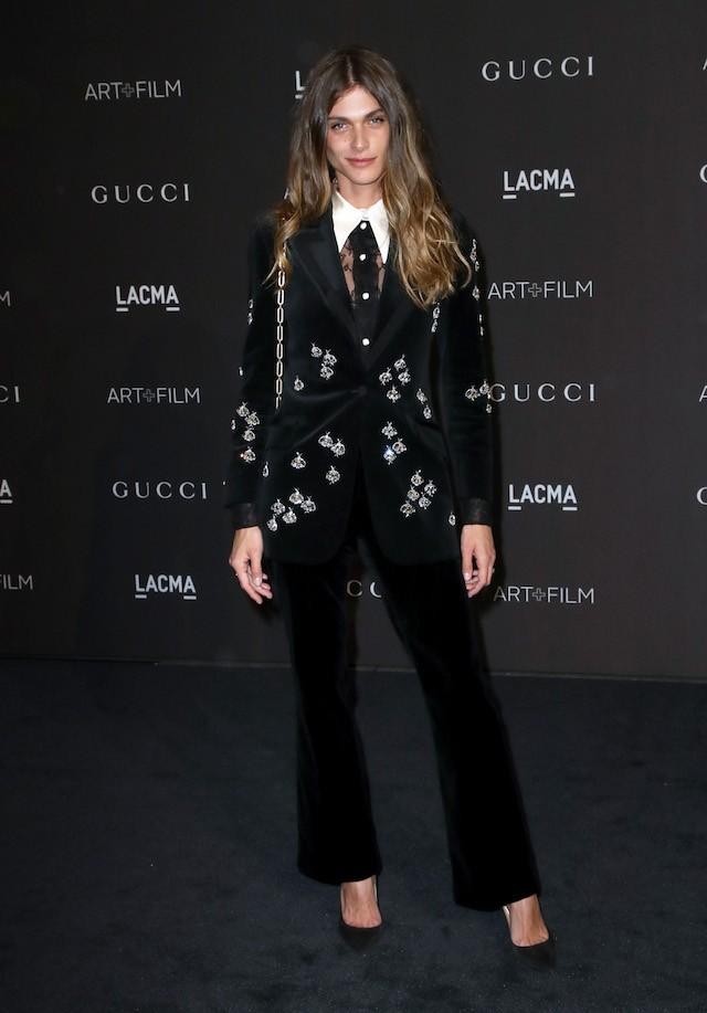 Elisa Sedanoui, de terno Gucci bordado e camisa de renda abotoada até o colarinho (Foto: Getty Images)