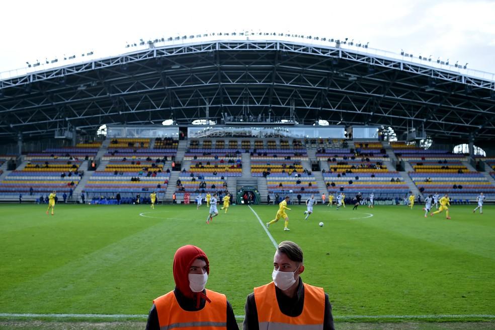 Funcionários da Borisov Arena, de máscara, durante a partida do Bate com o Ruh Brest, neste sábado. O Bate venceu por 1 a 0 — Foto: Stringer/Anadolu Agency via Getty Images
