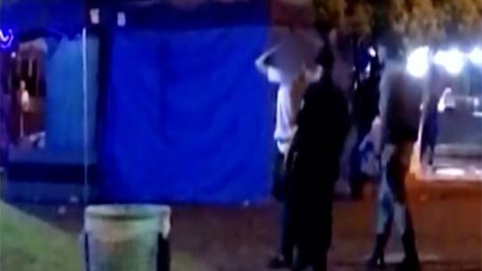 Vídeo mostra policiais usando cassetete contra folião durante festa de carnaval em Jaraguá
