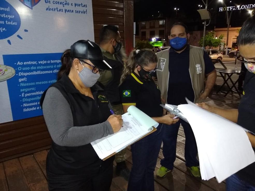 Fiscais verificaram documentação dos estabelecimentos encontrados em funcionamento — Foto: Márcio Bezerra/TV Tapajós