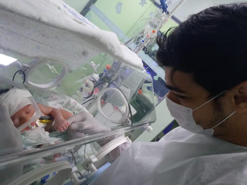 O pequeno Bento continua internado na UTI Neonatal do Hospital Macrroregional de Imperatriz, no MA. — Foto: Arquivo pessoal