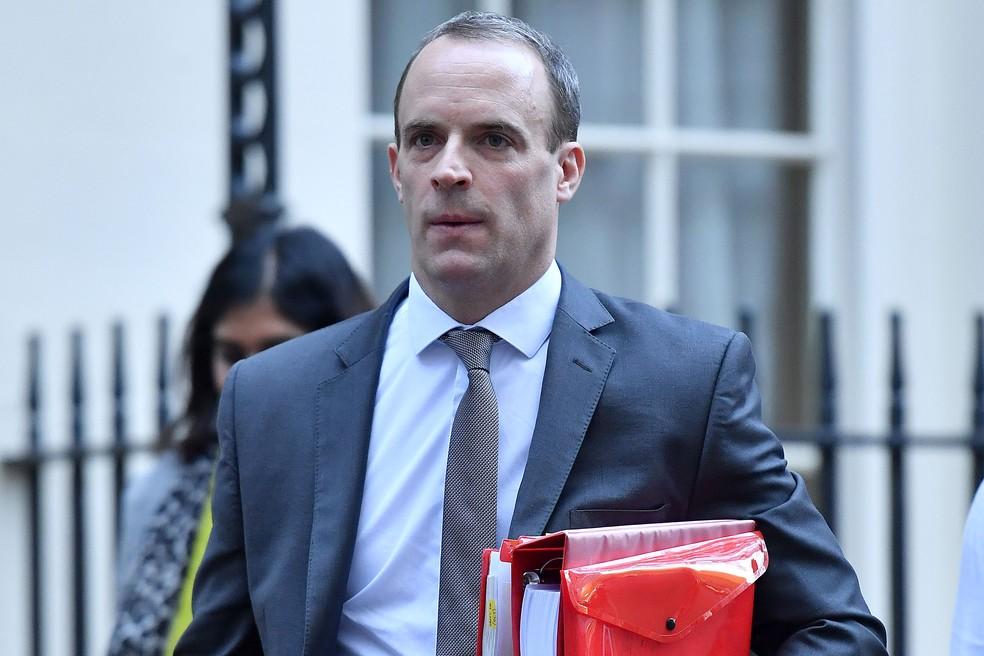 Dominic Raab deixa Downing Street, em Londres, em imagem de 14 de novembro — Foto: Ben Stansall / AFP