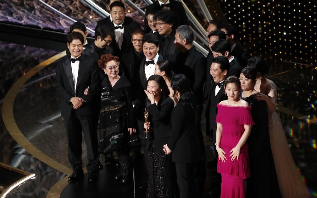 Elenco e equipe de 'Parasita' no palco para receber estatueta de melhor filme no Oscar 2020 — Foto: Mario Anzuoni/Reuters
