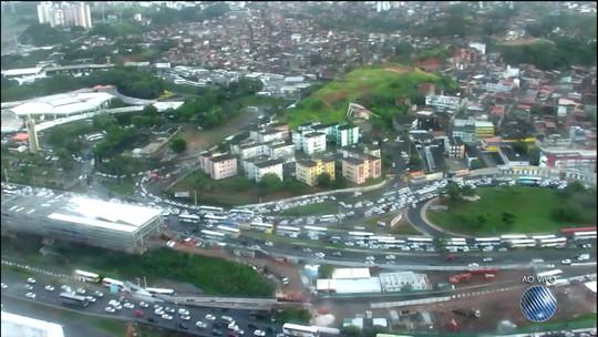 Retorno do feriadão deixa trânsito lento perto da rodoviária de Salvador
