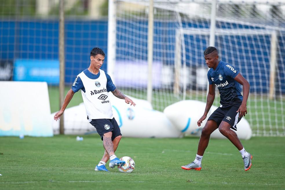 Ferreira e Orejuela em treino do Grêmio — Foto: Lucas Uebel/Grêmio