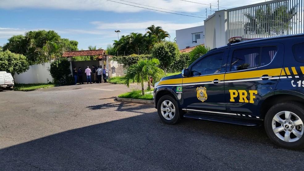 Polícia cumpre mandado em Patos de Minas — Foto: Paulo Barbosa/G1
