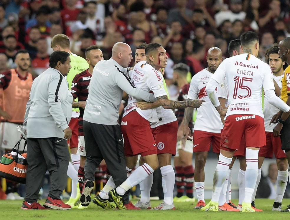 Guerrero reclamou de arbitragem e deixou o campo sangrando — Foto: André Durão